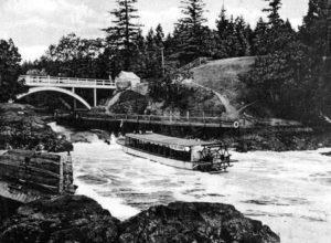 Stern Wheeler at the Falls