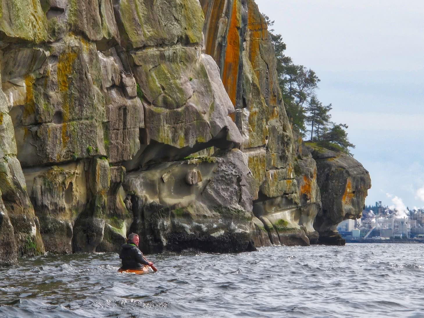 Kayaking along Gabriola cliffs